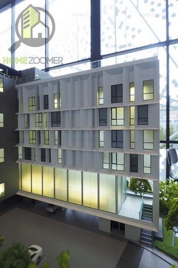 ด้านหน้าอาคารจะมีส่วนของ Lobby เป็นแบบ Double Volume มีห้องนั่งเล่น  ห้องสมุด และห้องพักอาศัยในส่วนนี้จะเริ่มแต่ชั้น 4 ขึ้นไปครับ
