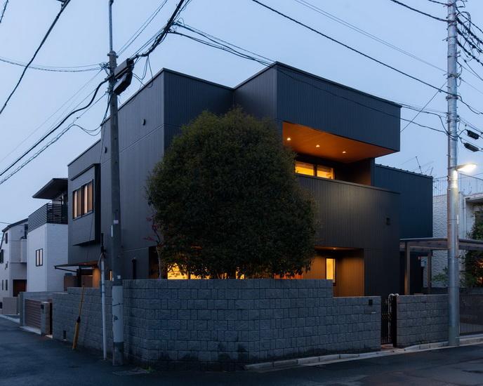 ไอเดีย และแบบการสร้างบ้านหลังใหญ่โทนสีเข้ม