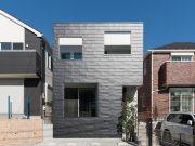 ไอเดีย และแบบการสร้างบ้านทรงสูงสีดำให้ดูโดดเด่น